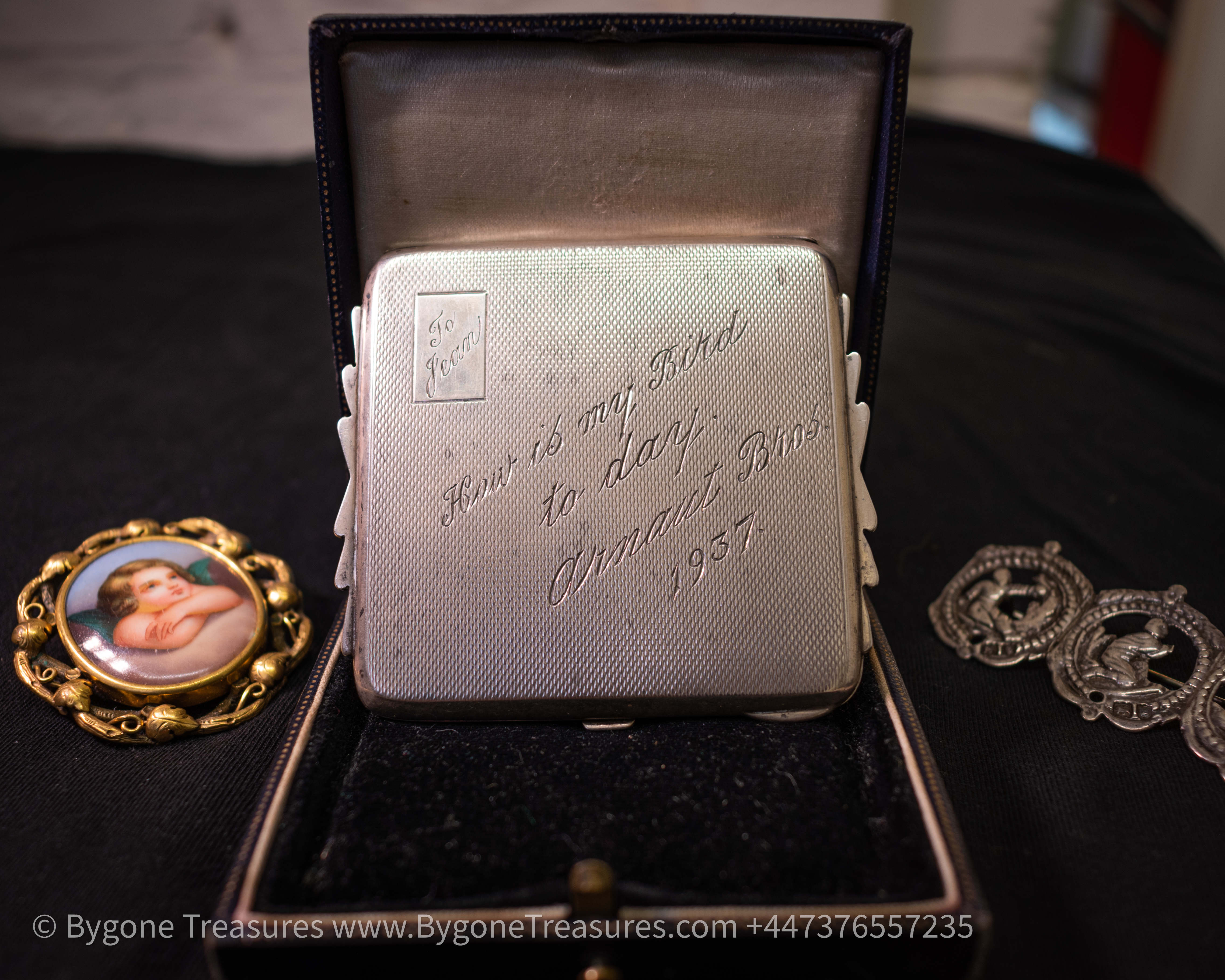 Silver Art Deco compact in case engraved by the Arnaut Brothers 1937-01